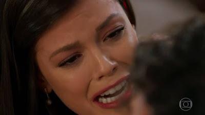 Cris (Vitória Strada) chora a morte de Américo — Foto: TV GLOBO