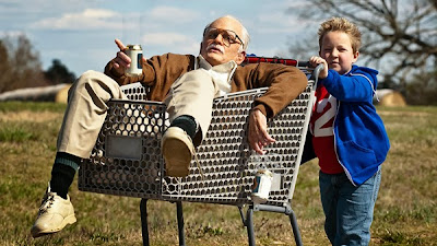 Johnny Knoxville şi Jackson Nicoll în comedia Bad Grandpa