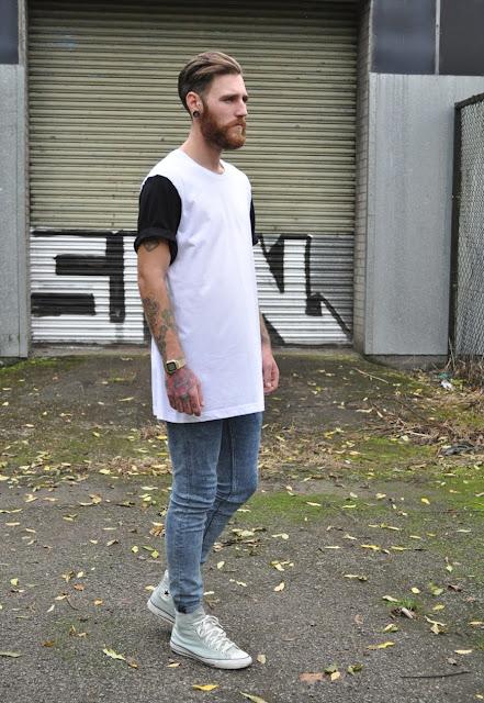 LongLine T-Shirt e Oversized Tee como usar onde comprar, Looks Masculinos, Moda Masculina, Moda para Homens, Calça Jenas Masculina, Tênis Branco masculino, como usar.