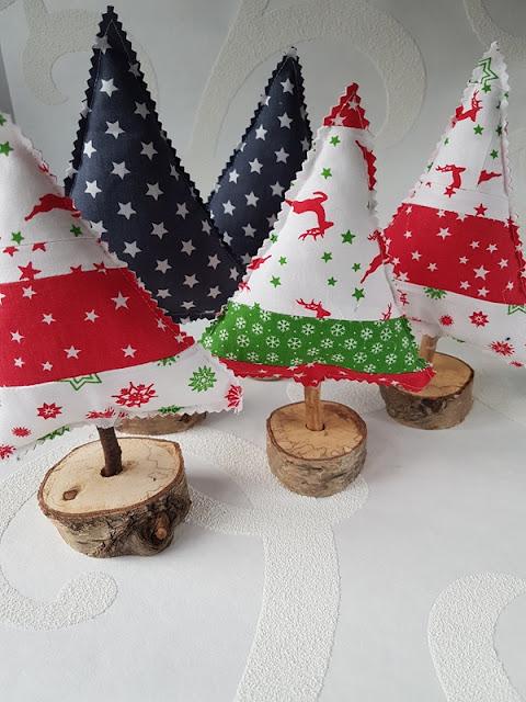 Tannenbäume aus Stoff und Holz