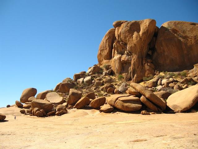 Геоглифы Намибия Южная Африка Таинственные геоглифы Намибии, часть 2, Сферы, Спирали и Порталы Вихри Продолжение об удивительных находках в Африке, в пустыне Намибии, сотни гигантских геоглифов в виде спиралей и кольце образных пиктограмм на площади десятков гектар, и никто о них публично не знает, они видны из самолёта и о них продолжают умалчивать.  Геоглифы расположены на значительном отдалении от населённых пунктов. Структура геоглифов довольно проста, они сделаны из небольших насыпей до 50 см в высоту и метра в ширину, большинство в виде спиралей, которые сужаются к центру. Главным образом подчёркнута взаимосвязь геоглифов между собой. Когда линия прочерчивающего геоглифа закручивается в центре пиктограммы, то линия не обрывается, линия плавно поворачивает в сторону, выходя за пределы пиктограммы и затем линия закручивается в новый символ. Если учесть особенности климата и ландшафта, так же видно, что спутниковые снимки с 2005 по 2016 год показывают рисунок без изменений. Можно прийти к выводу, что рисунки не сохранились бы более ста лет. В регионе саваны есть постоянная растительность в виде кустарников, которыми обрастают геоглифы, корни растений постепенно разрушали бы рисунки. В регионе ежегодно происходят муссоны, которые влияют на почву. Можно с уверенностью сказать, что геоглифы, не очень древние или возможно появились в 20м веке. Более точно рассказать историю геоглифов, могут лишь полевые исследования. Мало вероятно, создание таких невероятно сложных геоглифов людьми, геоглифы на Плато Наска едва схожи с геоглифами Намибии. Геоглифы расположены рядом с руслом реки, может сложится ложное впечатление, что это некая оросительная система. Но к оросительной системе никакого отношения не имеет. Тем более, что похожие геоглифы и другие сложные сетчатые геоглифические структуры располагаются на разных перепадах высот, например, идут вверх по холму, а затем в низ, ясно, что вода не течет вверх. Конструирование людьми подобного сооружения для неких культовых цел
