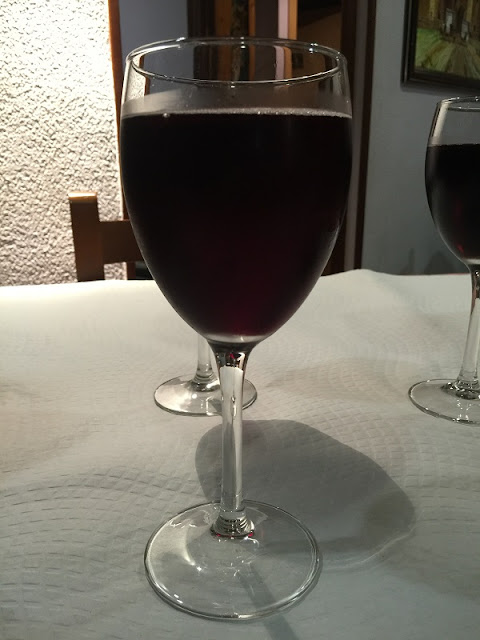 Copa de vino con casera del restaurante la Piula