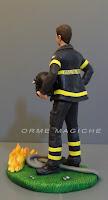 ritratto persona in miniatura vigile del fuoco in divisa matrimonio orme magiche