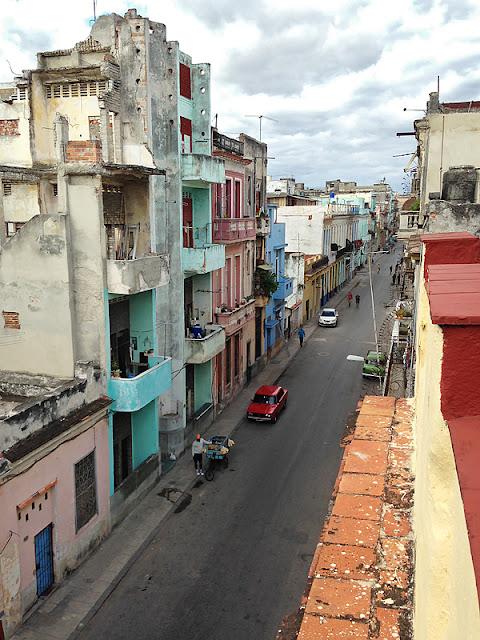 Rue et édifices délabrés au centre de La Havane