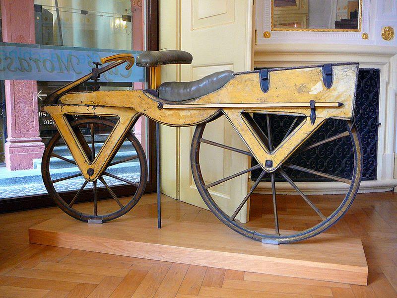La dresina (ca. 1820), el primer vehículo de dos ruedas dispuestas en línea, es el prototipo de la bicicleta.