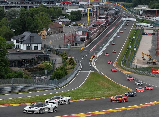 Viele Ferraris fahren auf dem Spa Circuit,
