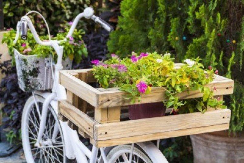 Bicicletas viejas para decorar jardines terrazas y - Decorar mesas de jardin ...