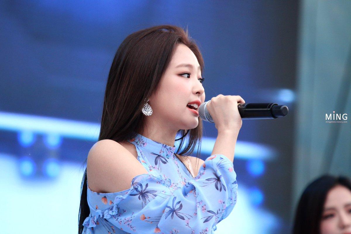 Mỗi khi Jennie mặc áo hở vai, người hâm mộ đều tập trung vào phần xương quai xanh sâu, sexy của nữ ca sĩ.
