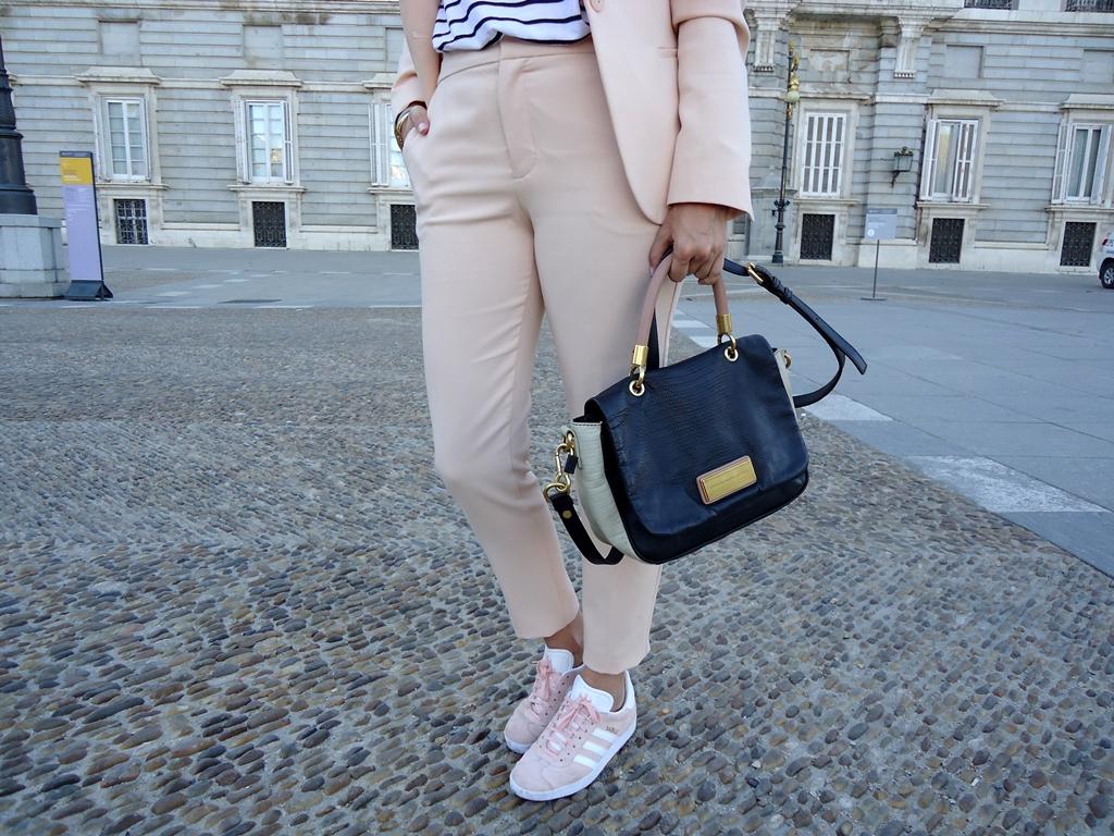 outfit-con-traje-y-gazelle-adidas-zara