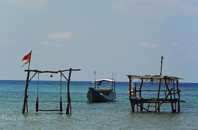 Ayunan, Gubuk Kecil, dan kapal di pantai Annora