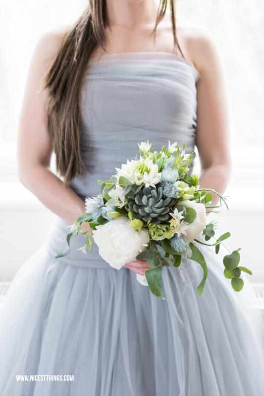 Graublauer Brautstrauß mit Sukkulenten, Pfingstrosen und Eukalyptus, Brautkleid grau