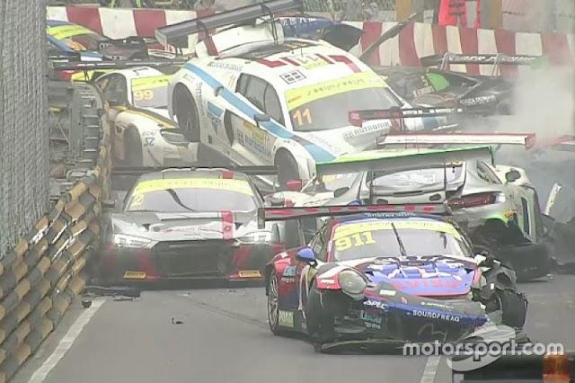 Balapan FIA GT Di Macau Dihentikan Karena Puluhan Mobil Tabrakan Beruntun, dan Stuck!