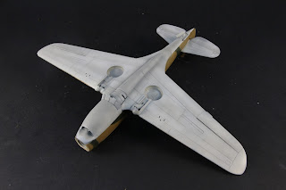 L'intrados du Curtiss P-40B Warhawk d'Airfix au 1/48.