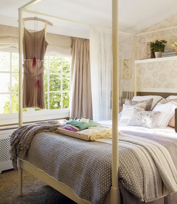 Romantic four poster bed and patterned wallpaper