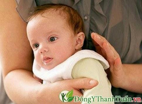 Để hạn chế trào ngược dạ dày - thực quản ở trẻ em nên vỗ ợ hơi cho trẻ
