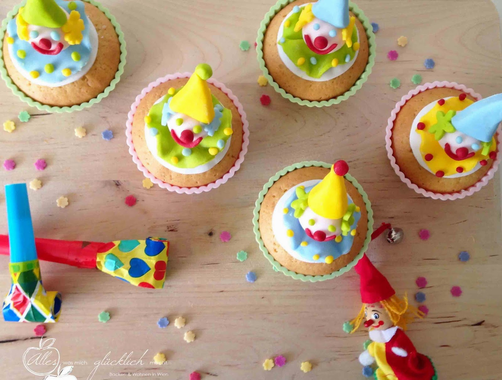 Lustig-fruchtige Clown Cupcakes (mit Maracuja Füllung)