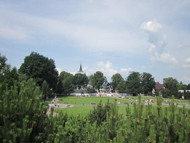 Sanktuarium MB w Ludźmierzu widok z ogrodu różańcowego