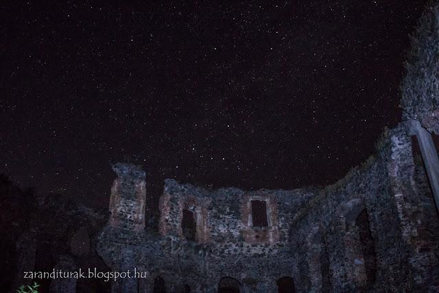 Solymosi vár reneszánsz palotaszárnya csillagokkal a háttérben