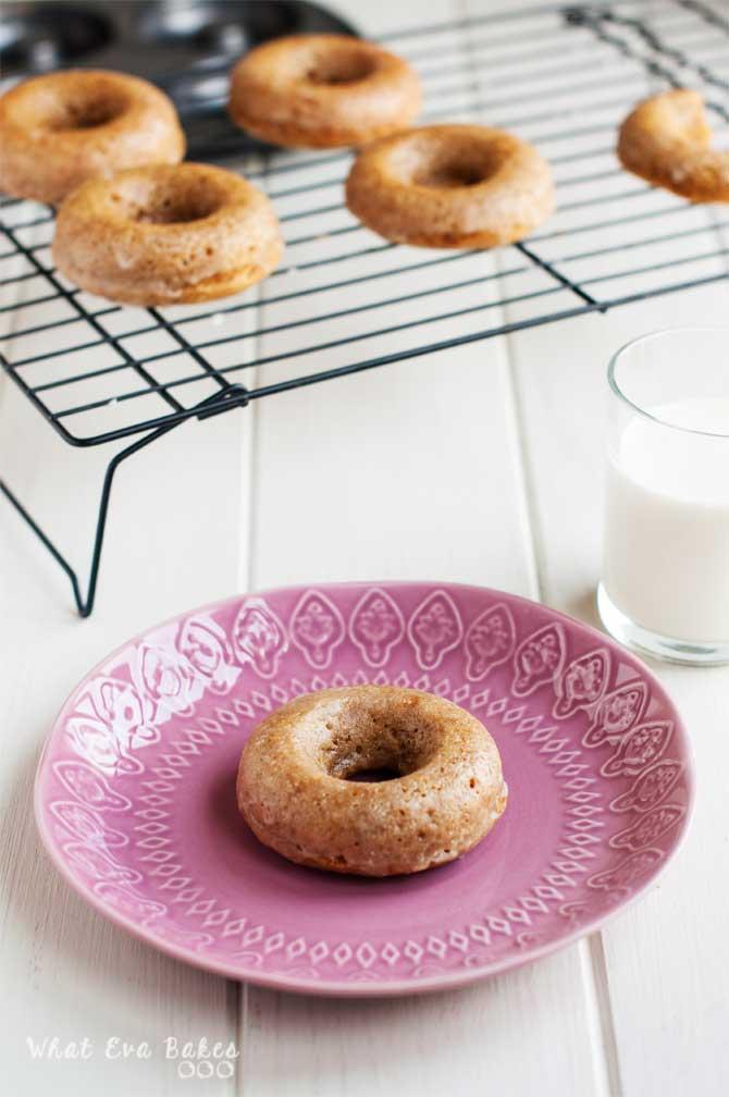 Donuts caseros al horno con glaseado de vainilla