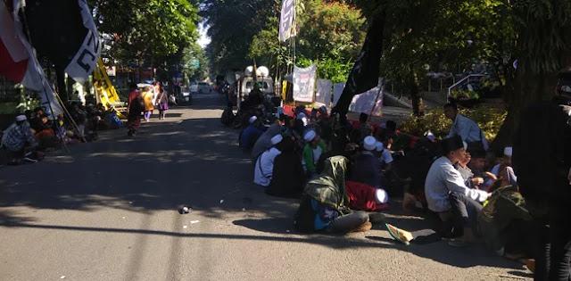 Sidang Putusan Sela, Pendukung Habib Bahar Padati Gedung Arsip