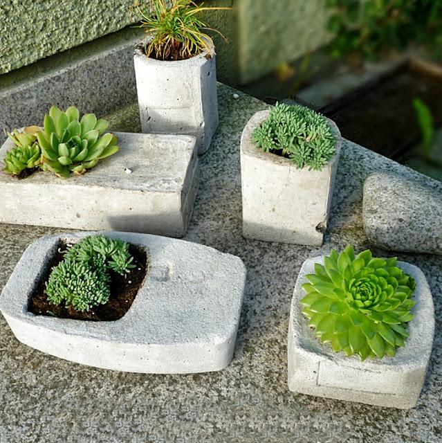 bepflanzte Betonbehälter - in alten Verpackungen selbst gegossen