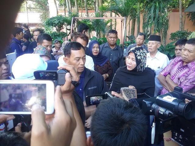 JR. Saragih dirumah Almarhum Hulman Sitorus seusai memberikan ucapan dukacita kepada istri, anak-anak Hulman Sitorus