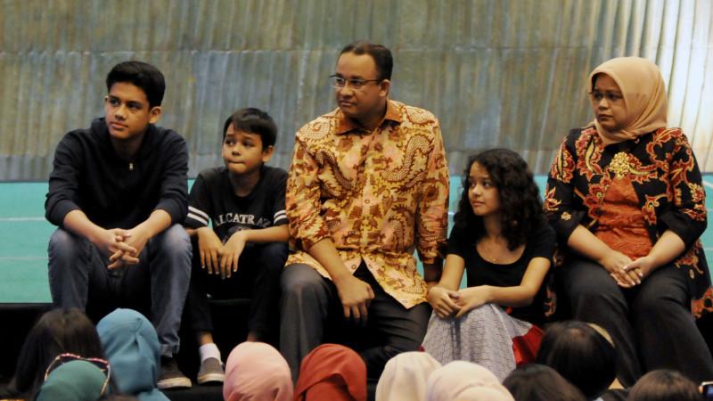 Anies Baswedan dan keluarga menghadiri acara perpisahan di Kemendikbud