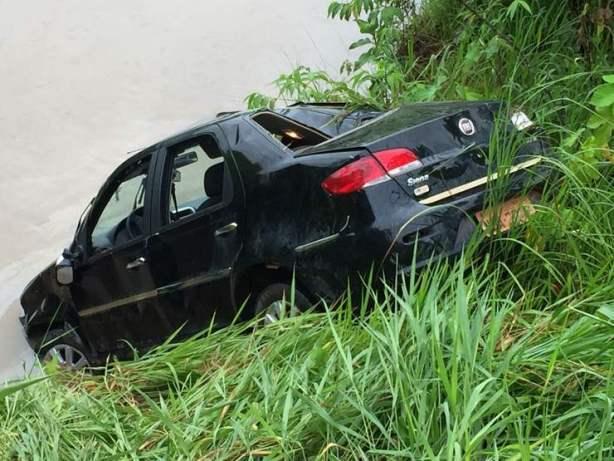 Buraco na pista causa acidente grave na BR 364