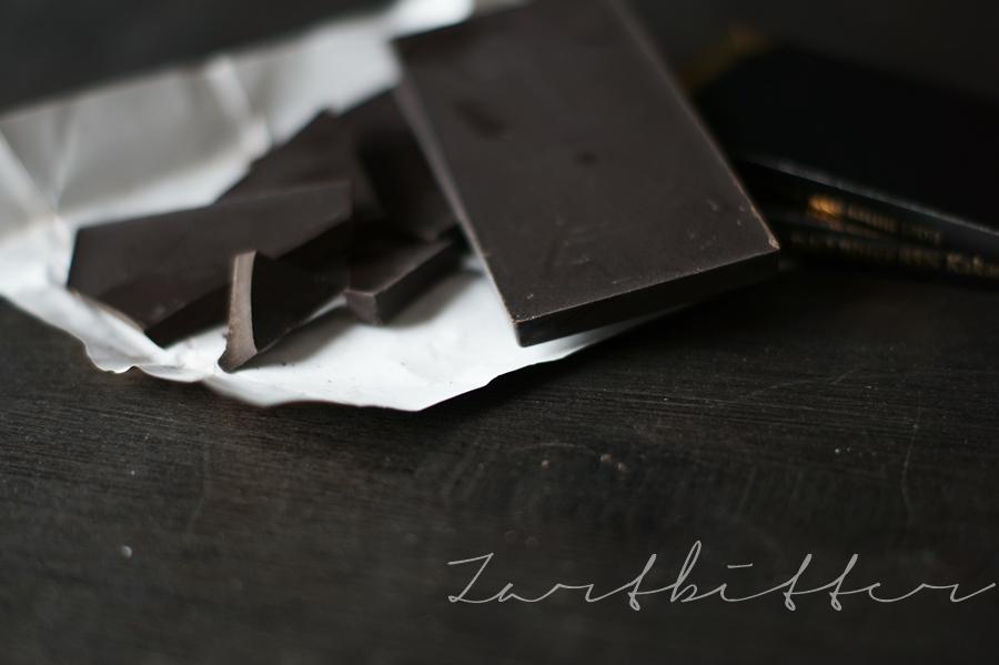 Zartbitterschokolade mit Schriftzug Zartbitter