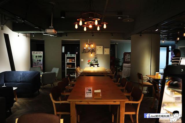 IMG 4533 - 熱血採訪│凱度高空咖啡館,隱藏在高樓大廈裡的夜景咖啡,百元有找,談生意、約會好地方