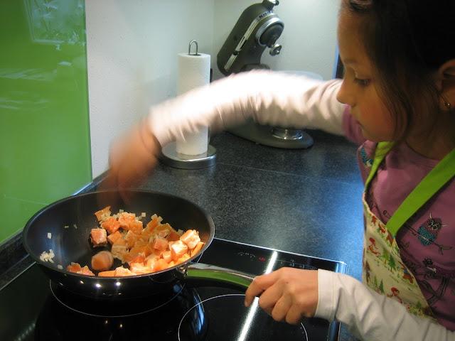 Kind kocht: Vollkornnudeln mit Lachs-Sahne-Sauce