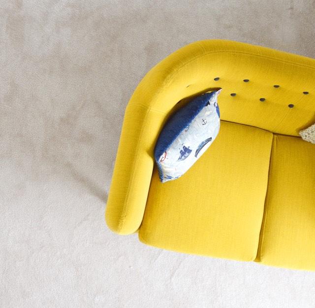 5 trucos para hacer un hogar más hygge, sofá amarillo