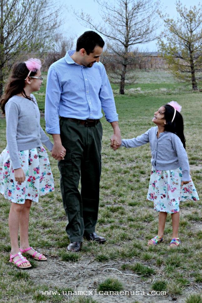 Papá e hijas, vestidas para ir a misa.