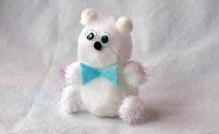 Urso polar artesanal feito com pompom e feltro