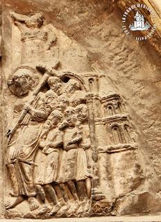 CONDRIEU (69) - Tympan et linteau romans de l'ancienne chapelle castrale