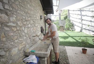 Memberikan contoh cara cuci tangan kepada anak