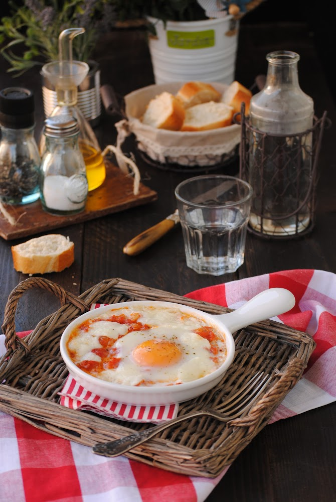 cocinando con neus huevos con mozzarella y salsa de tomate