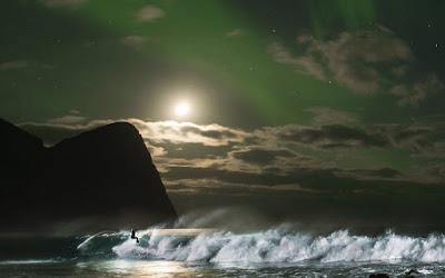 Δαμάζοντας τα κύματα με φόντο το Βόρειο Σέλας!