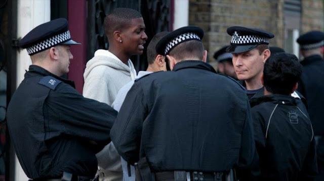 """Policía británica detiene y registra """"40 veces más"""" a los negros"""