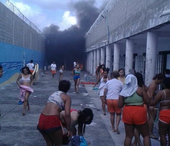 Presas brigam e queimam colchões em presídio feminino após motim