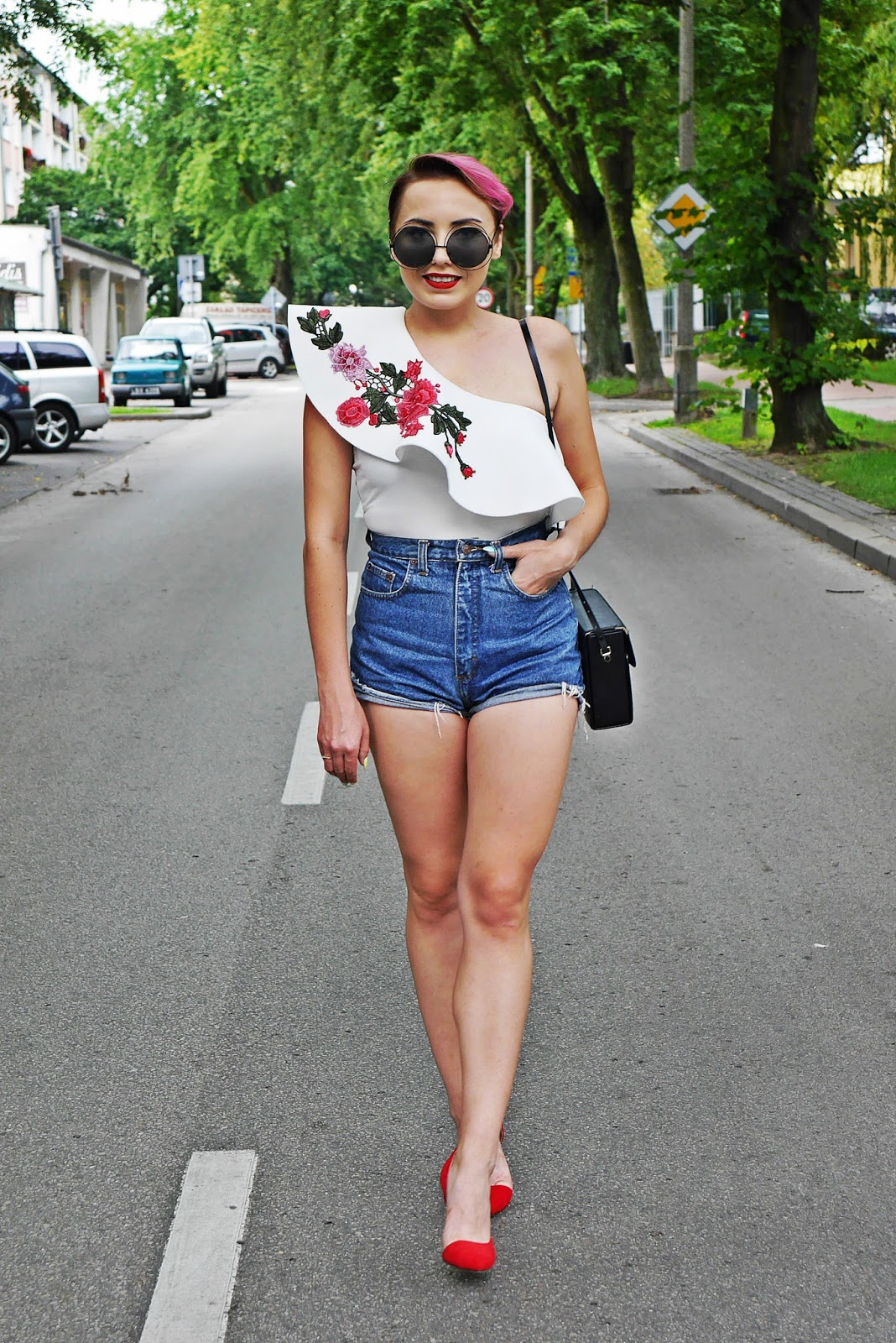 ruffle_embroidery_white_top_high_waist_shorts_red_heels_ootd_look_karyn_blog_modowy_250717d