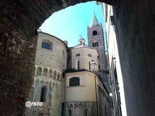 Duomo di Albenga e piazza dei Leoni
