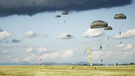 Imagem de paraquedas caindo, simbolizando currículos chegando em uma empresa
