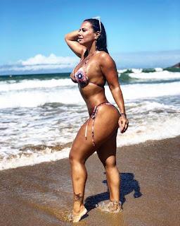 Viviane Araújo exibe bumbum de fio-dental em praia e fãs elogiam