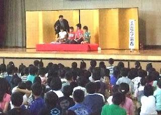 小学校も参加して親子で落語鑑賞会の風景です。