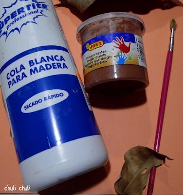 estos son los materiales que necesitamos para nuestro mural de otoño: cola blanca, pintura de manos, pincel y muchas hojas