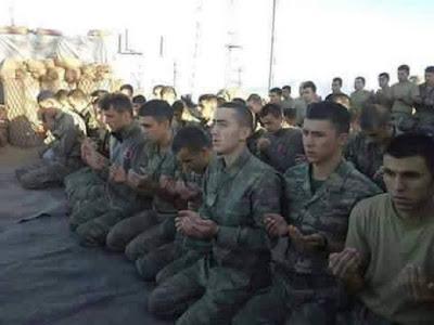 Subhanallah, Pasukan Turki dan Mujahidin Suriah Sholat Berjamaah Sebelum Mulai Perang