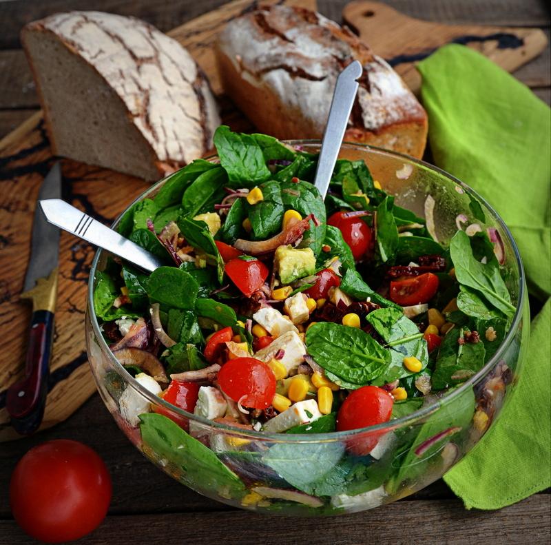 salatka z awokado, salatka ze szpinakiem, wlasciwosci szpinaku, szpinak, zbiory szpinaku, awokado, salatka z feta, zycie od kuchni