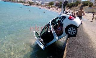 Χαμός σε παραλία της Κρήτης: Αυτοκίνητο έπεσε στη θάλασσα (Εικόνες)