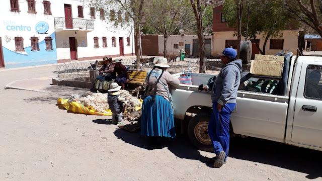 Da viele Leute in Esmuroco anwesend sind, machen die fliegenden Händler ihre Geschäfte. Hier wird Lama Wolle angekauft. Das Kilo für etwa 1.50 Euros.